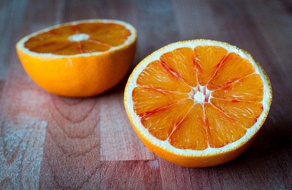 Riesgos y beneficios de consumir naranjas